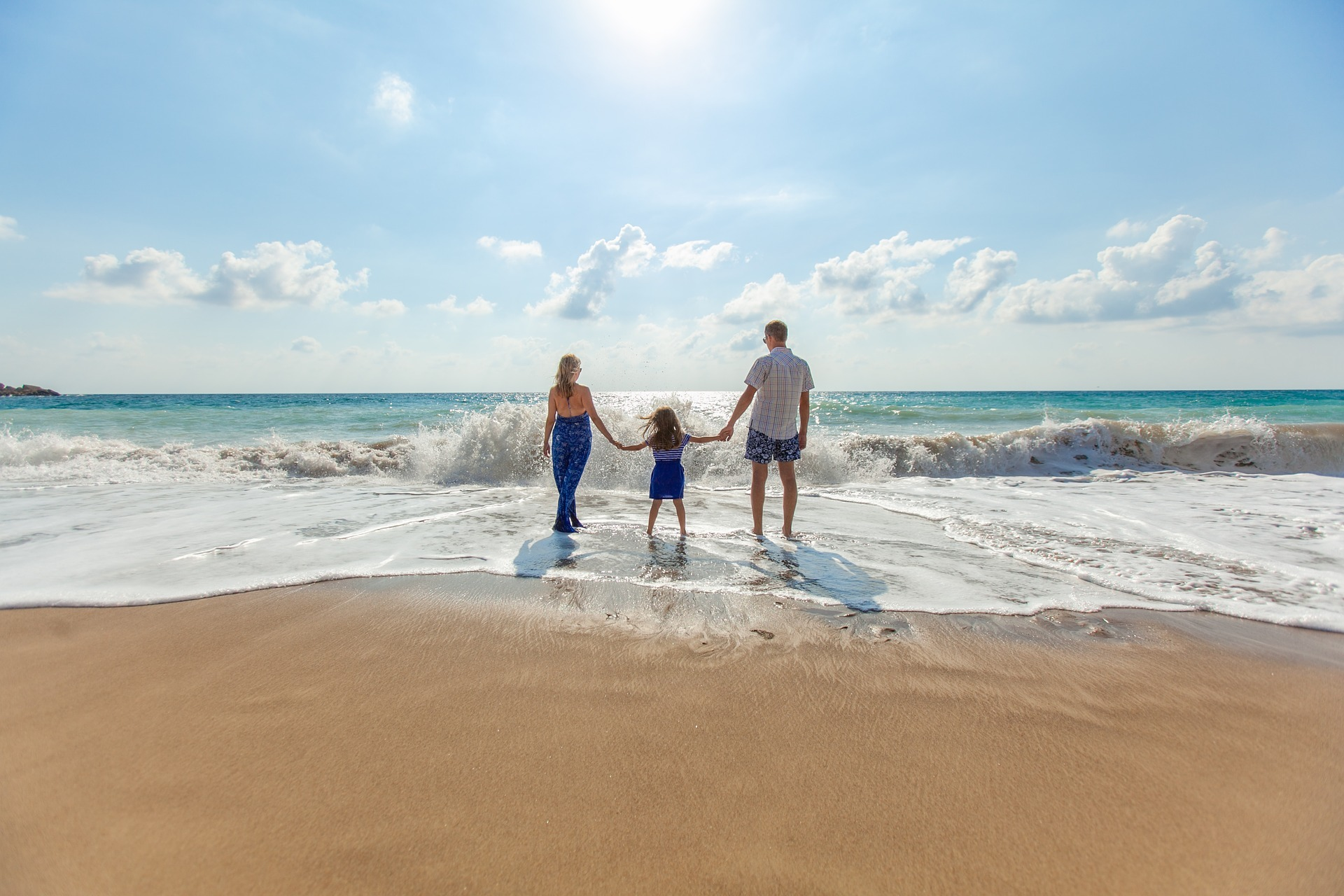 Gelukkig gezin aan zee